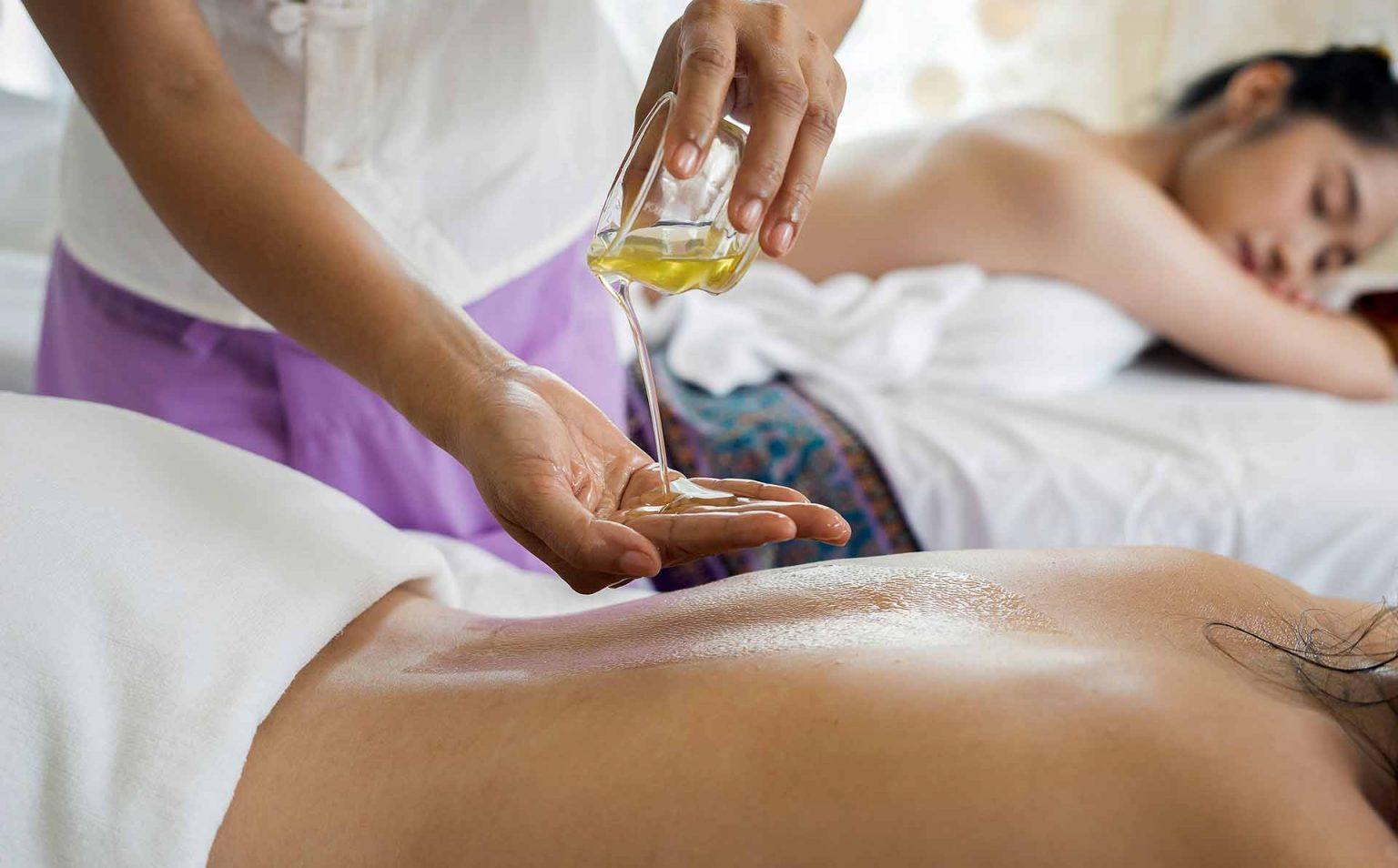 Massaggio olistico, operatore olistico e massaggio.